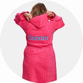 roze badjas met borduring naam